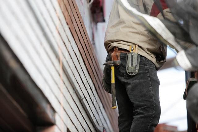 電気工事士への転職に有利な年齢は?